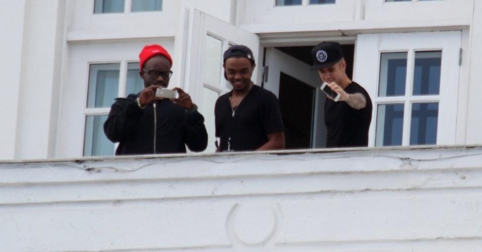1.nov.2013 - Justin Bieber capta com o celular a gritaria dos fãs