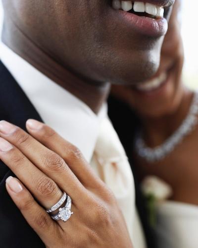O anel de noivado também revela detalhes da personalidade da noiva e até do casal, pois, se o noivo for atento, pesquisará qual é o modelo que mais combina com a amada