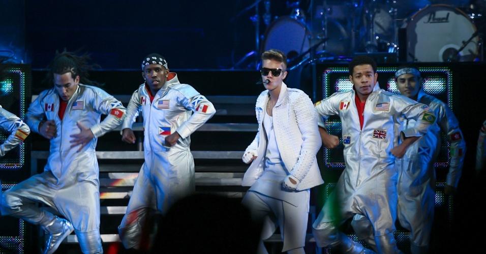 02.nov.2013 - O cantor pop canadense Justin Bieber se apresenta na Arena Anhembi, em São Paulo