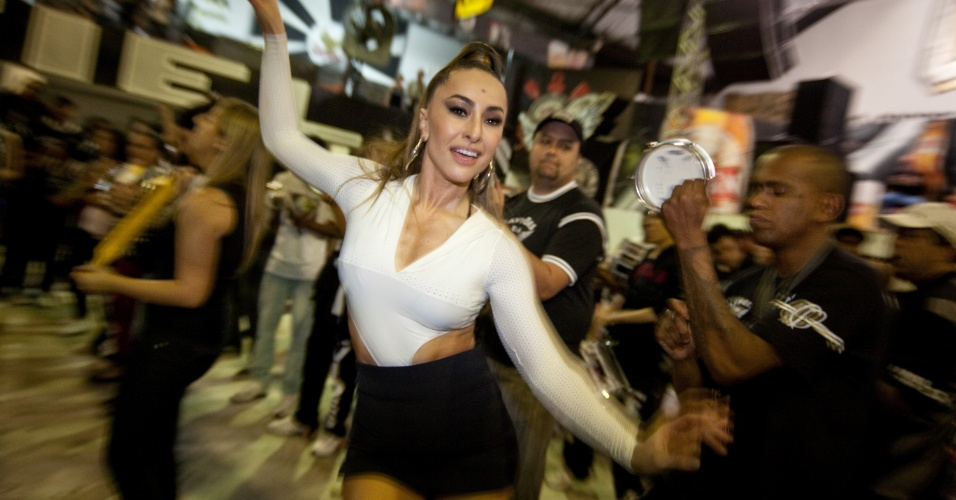 1.nov.2013 -   Madrinha de bateria Sabrina Sato participa de ensaio da Gaviões da Fiel, em São Paulo