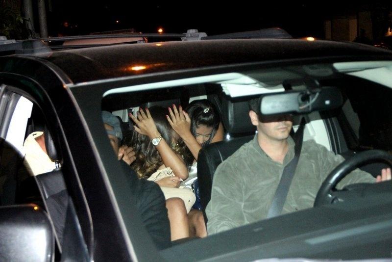 1.nov.2013 - Mulheres que acompanharam Justin Bieber na saída de termas em Ipanema, no Rio de Janeiro
