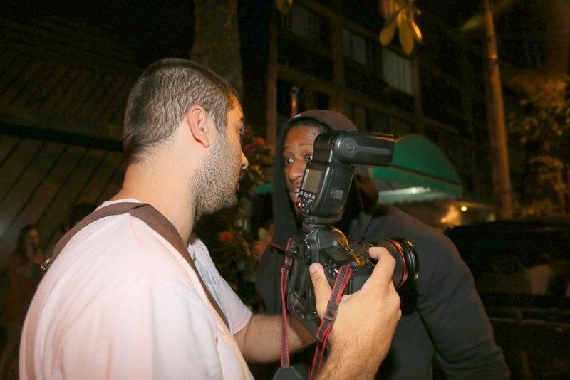 1.nov.2013 - Seguranças de Justin Bieber tentam impedir fotos do cantor em saída de termas em Ipanema, no Rio de Janeiro