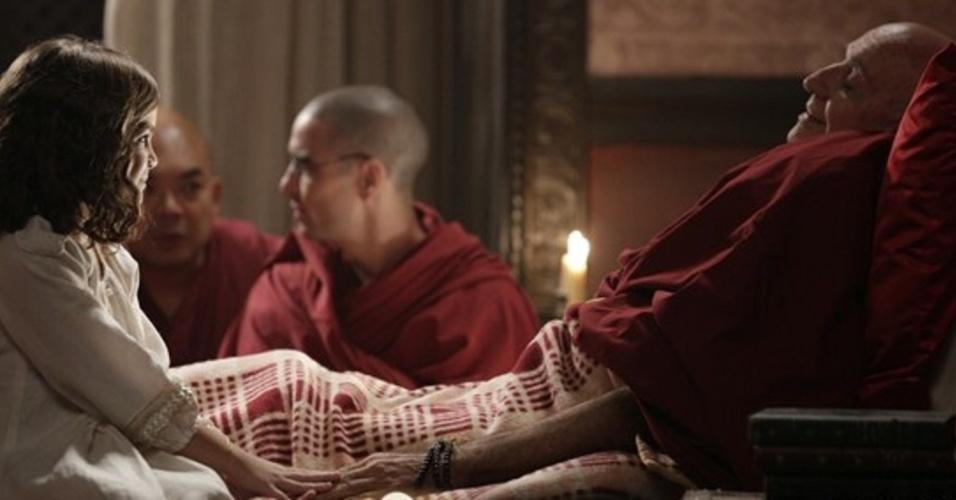 """Em """"Joia Rara"""", Pérola ajuda monge amigo de Ananda a fazer sua passagem"""