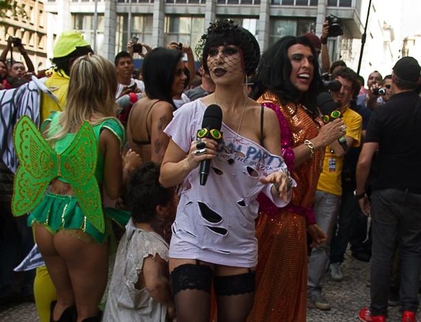"""Sabrina Sato causa tumulto em gravação do programa """"Pânico na Band"""", na Praça do Patriarca- centro de São Paulo. No local, ocorre todo ano no dia dos finados o """"Zombie Walk"""" - desfile de pessoas fantasiadas como zumbis"""
