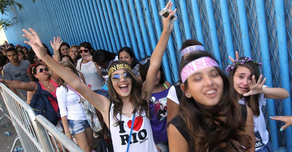 3.nov.2013 - Fãs de Justin Bieber aguardam a abertura dos portões para assistir o último show do cantor no Rio de Janeiro