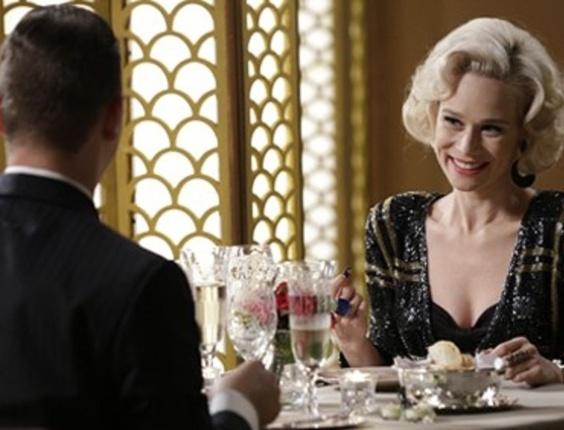 """Em """"Joia Rara"""", Aurora não gosta de pressão de Manfred e dá um fora no affair"""