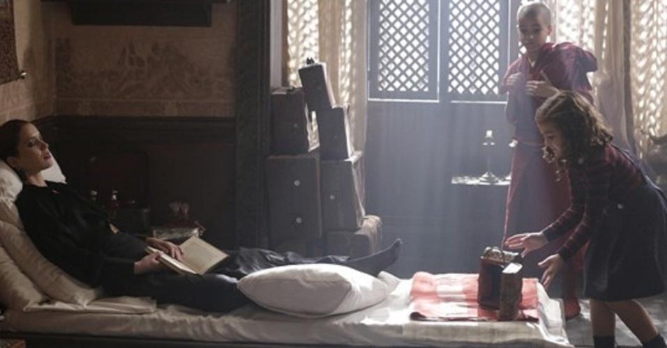 """Em """"Joia Rara"""", Pérola e Norbu colocam sapo no quarto de Sílvia, que tem ataque"""