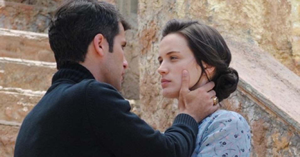 """Em """"Joia Rara"""", Sílvia observa beijo apaixonado de Franz e Amélia"""