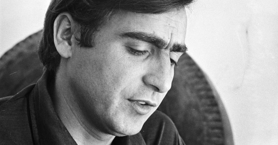 """12.dez.1968 - O ator Luís Gustavo durante gravação de """"Beto Rockfeller"""", telenovela da Rede Tupi"""