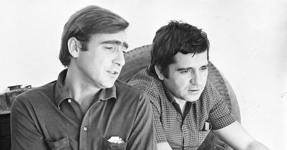 """12.dez.1968 - O ator Luís Gustavo e o dramaturgo Plínio Marcos conversam durante as gravações de """"Beto Rockfeller"""", telenovela da Rede Tupi"""