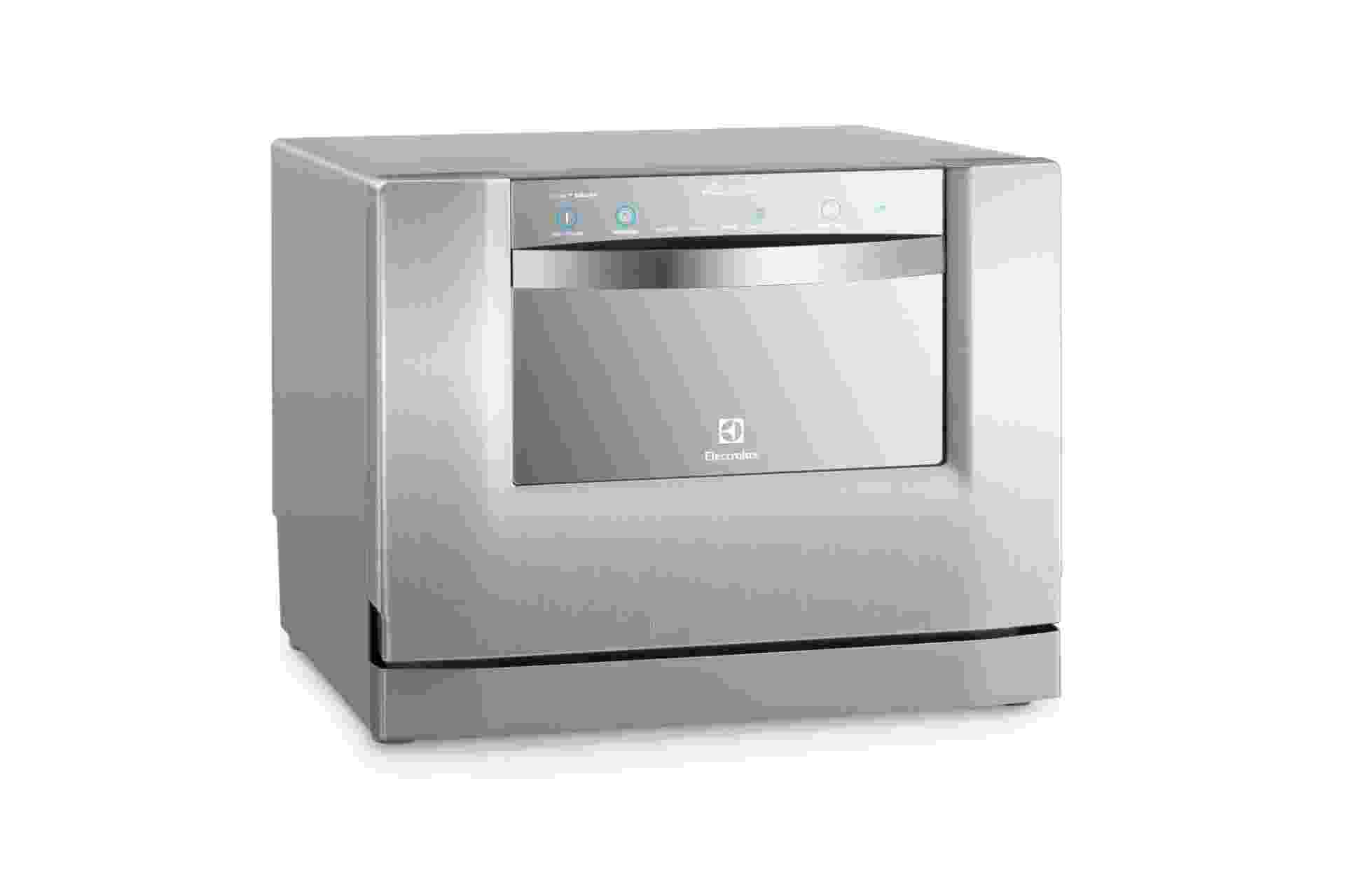 A lava-louça compacta da Electrolux (www.electrolux.com.br), modelo LE06X, tem acabamento interno e externo em aço inox e capacidade de lavar a louça de até seis pessoas. De acordo com o fabricante, a máquina tem um gasto de 8,4 l a cada ciclo normal de lavagem. O produto mede 44,6 cm por 55 cm por 55,8 cm e o preço sugerido pela marca é R$ 1.649 I Preços pesquisados em outubro de 2013 e sujeitos a alterações - Divulgação