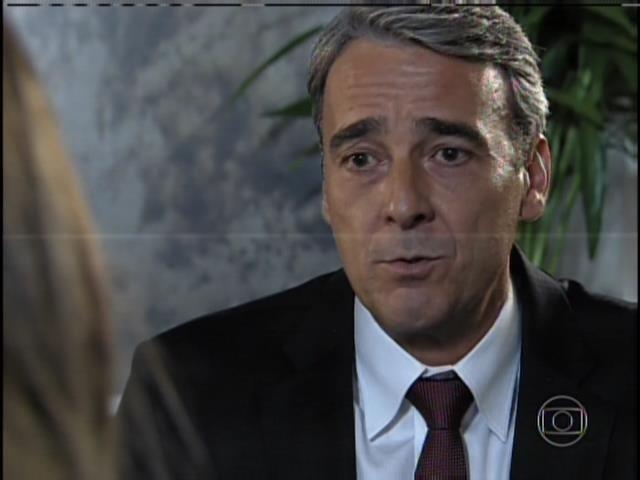 A patricinha coloca Thomaz (Alexandre Borges) contra a parede e pede uma explicação..