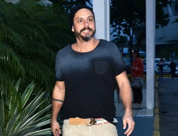 """4.nov.2013 - Alexandre Nero na churrascaria para assistir ao primeiro capítulo de """"Além do Horizonte"""""""