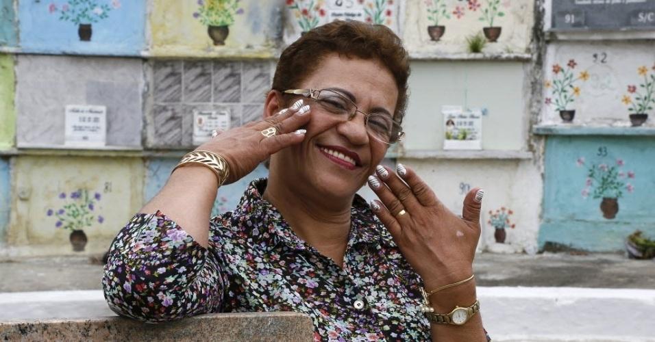 Anunciada Cardoso é necromaquiadora há 16 anos. As fotos foram feitas no cemitério do Cacuia, na Ilha do Governador, no Rio