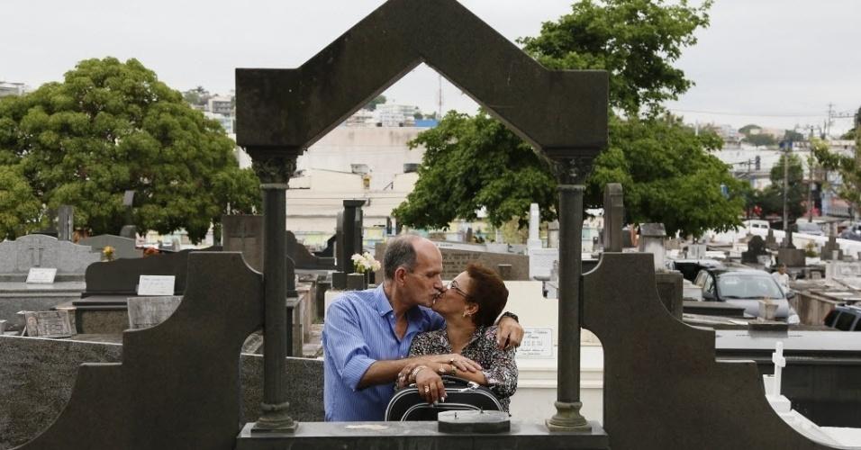 Anunciada é casada com o agente funerário Luiz Carlos Batista Reis, conhecido como Russo. As fotos foram feitas no cemitério do Cacuia, na Ilha do Governador, no Rio
