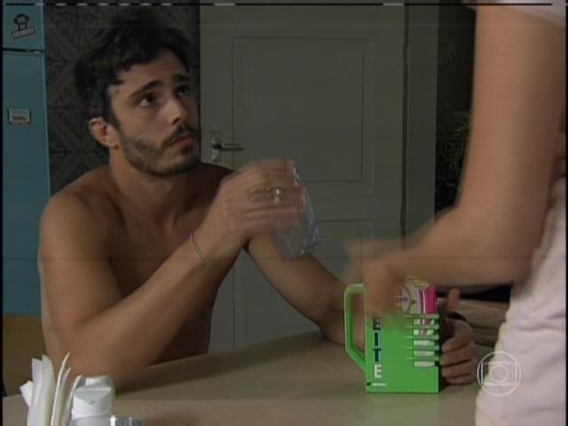 Apesar da tragédia familiar, o universitário cresceu bem ao lado da tia Sandra (Karen Coelho) e do irmão mais novo, Marlon (Rodrigo Simas)