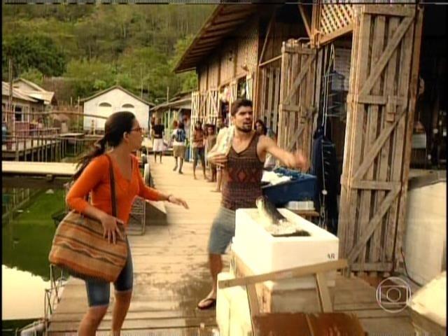 Celina (Mariana Rios) vai atrás de Nilson (JP Rufino) ao vê-lo pela cidade
