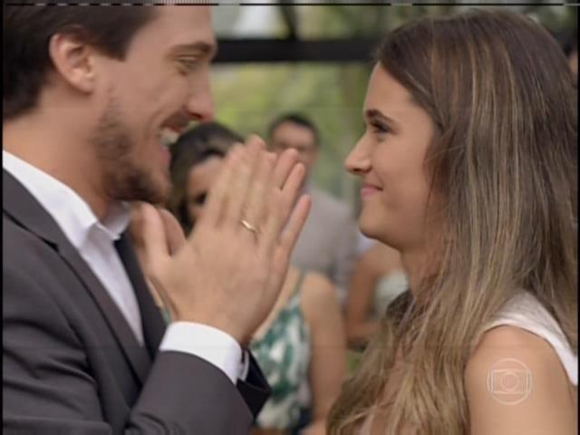 Depois da confusão, Marcelo e Lili brindam o noivado com os convidados