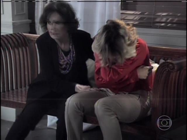 Edith chora e é amparada por Tamara