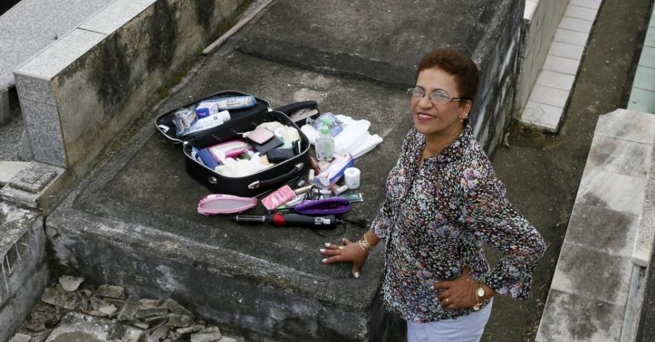 Ela afirmou que cuida dos clientes com muito carinho e respeito, como se fossem pessoas de sua família. As fotos foram feitas no cemitério do Cacuia, na Ilha do Governador, no Rio