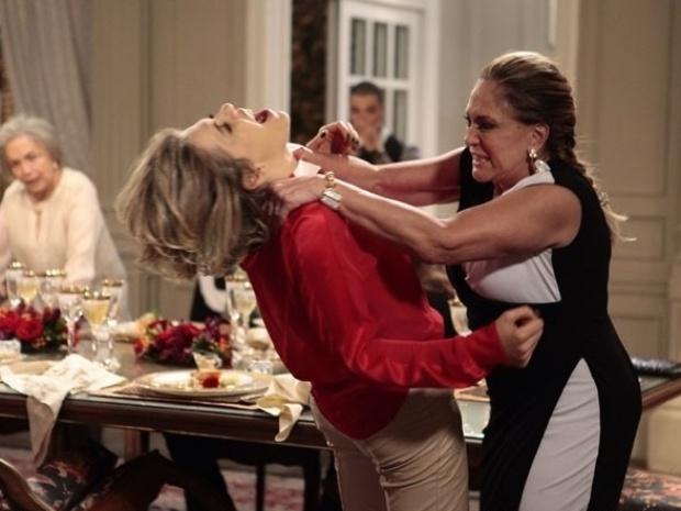 """Em """"Amor à Vida"""", Pilar dá surra em Edith ao descobrir que Jonathan é filho de César"""