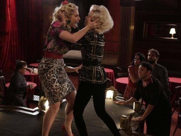 """Em """"Joia Rara"""", Lola briga com Aurora por causa de Manfred"""