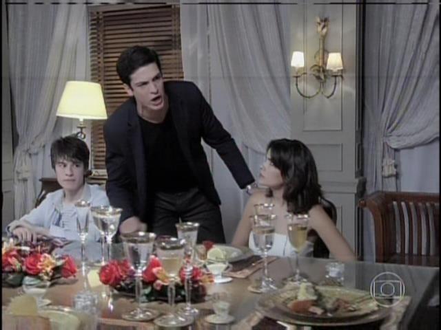 Félix grita com César e diz que o filho é a única coisa que ele tem