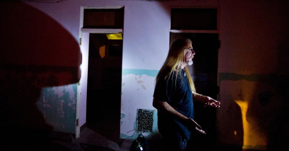 Greg Graham, conhecido como Copperhead, guia um dos passeios pelo Hospital Psiquiátrico Trans-Allegheny em Weston, na Virgínia Ocidental