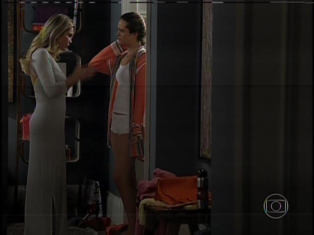 Heloísa avisa que Lili terá de comparecer ao escritório de Thomaz para abrir uma carta que seu pai lhe deixou