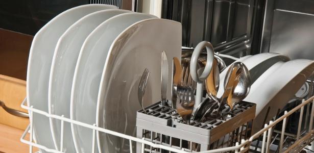Para uma boa lavagem, as louças não devem ficar em contato a fim de permitir a livre passagem da água  - Getty Images
