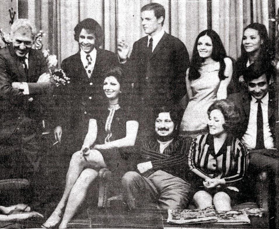 "Luis Gustavo (à direita) na novela ""Beto Rockfeller"", da TV Tupi. No elenco,  Jofre Soares, Rodrigo Santiago e  Bete Mendes. Na foto, sentado entre Marilia Pêra e Leonor Bruno, o autor Braulio Pedroso"