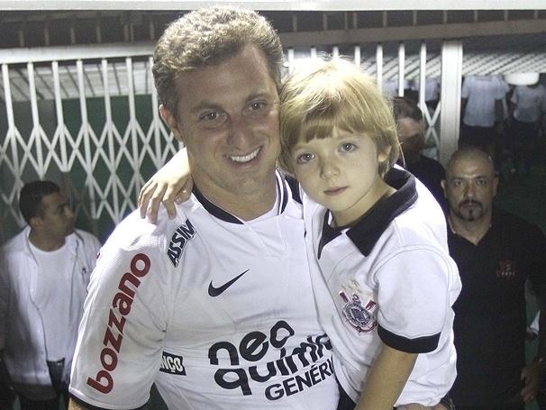 Paixão de pai para filho: Luciano Huck leva o filho Joaquim ao jogo do Corinthians