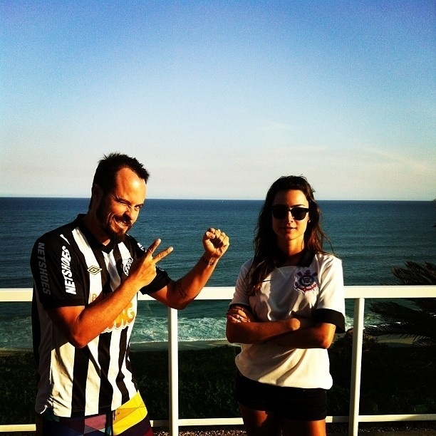 Paulinho Vilhena, torcedor do Santos, e Thaila Ayala, torcedora do Corinthians. O casal se diverte com a rivalidade