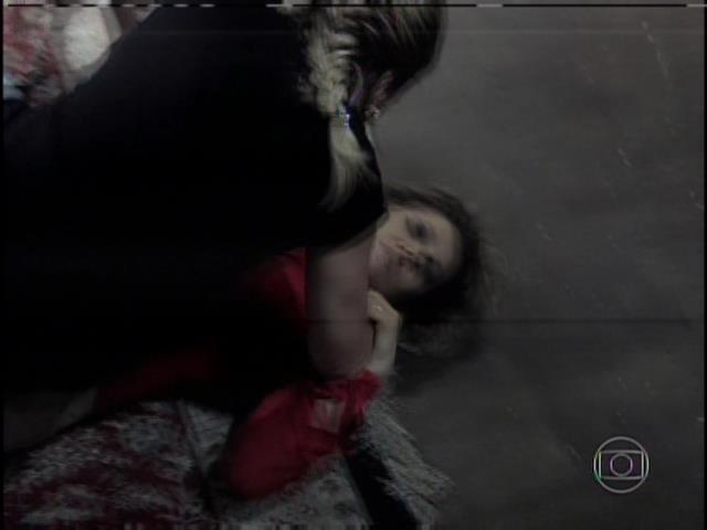 Pilar bate em Edith no chão