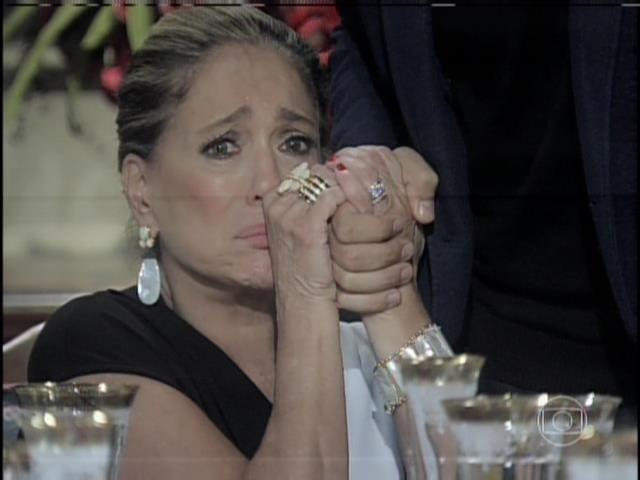 Pilar chora ao ouvir César dizer que contratou Edith para seduzir Félix