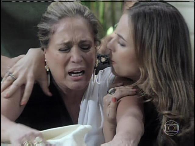 Pilar é consolada por Paloma