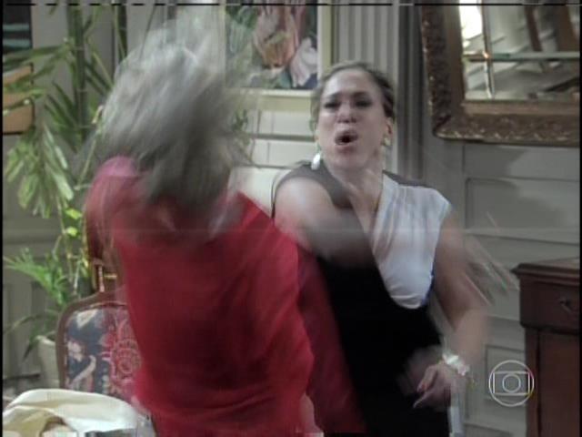 Pilar dá tapa na cara de Edith