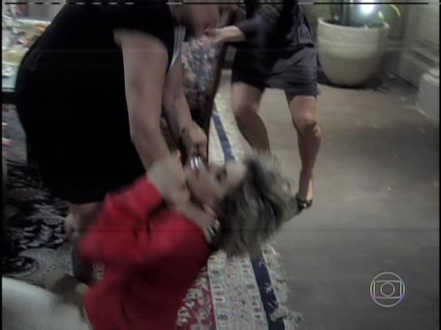 Pilar joga Edith no chão