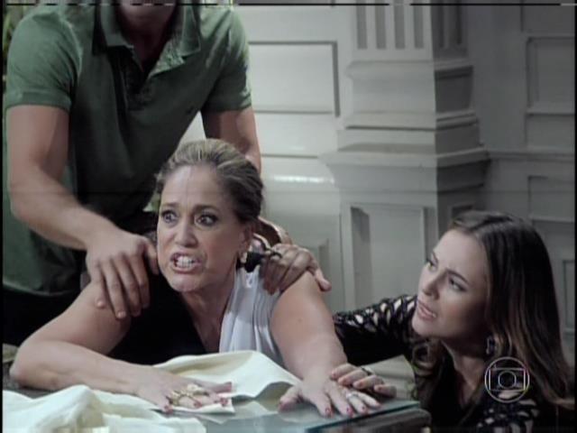 Pilar xinga Edith e César e é consolada por Paloma