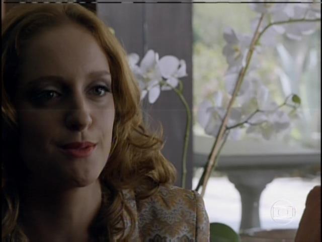 Priscila (Laila Zayd), prima da noiva, flagra a amiga aos prantos e tenta acalmá-la, mas diz que não concorda com o noivado