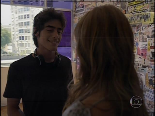 Rafael (Vinícius Tardio) é um DJ completamente apaixonado pela namorada, Paulinha (Christiana Ubach).