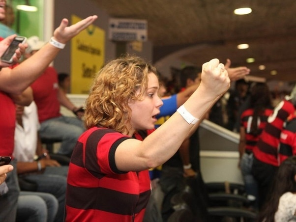 Tensa, Leandra Leal torce para o Flamengo no Maracanã