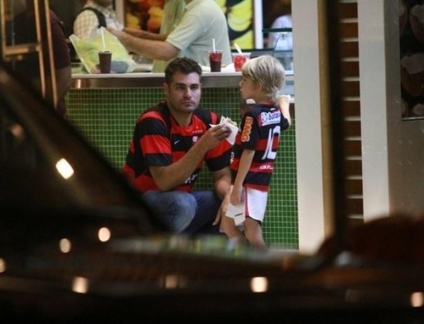 Thiago Lacerda e o filho Gael torcem para o Flamengo