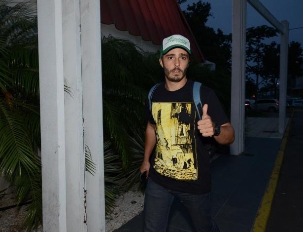 4.nov.2013 - Thiago Rodrigues, que vive o estudante William, se reúne com o elenco no Rio
