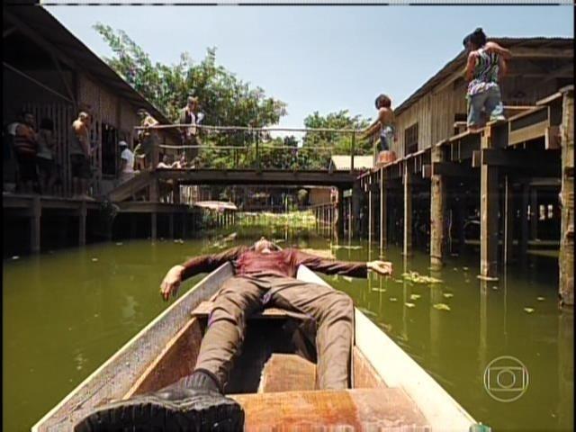 Um barco com um corpo chega ao vilarejo