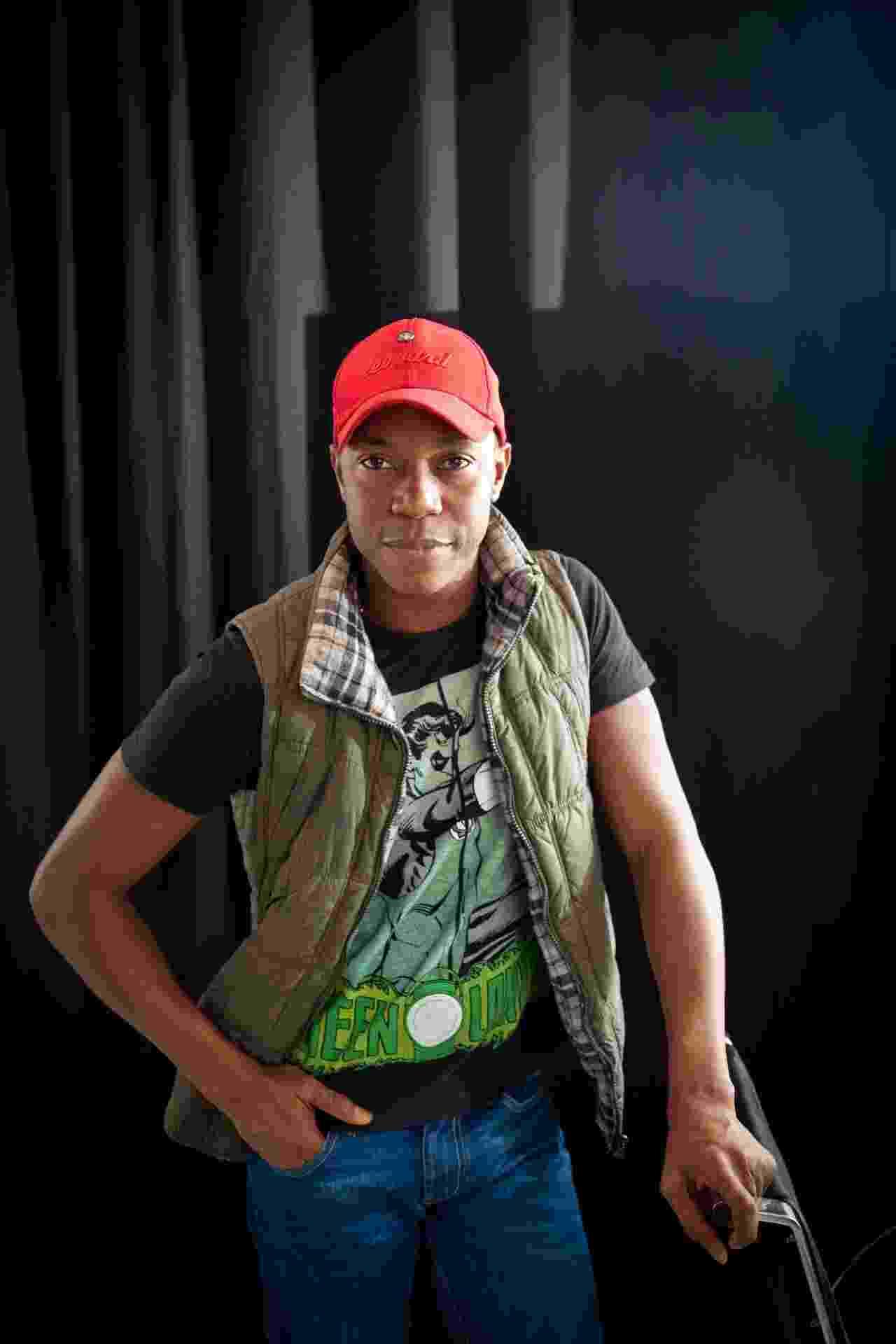 """04.nov.2013 - Ator Tiago Barbosa dá vida ao Simba mais velho no musical """"O Rei Leão"""", em São Paulo - Simon Plestenjak/UOL"""