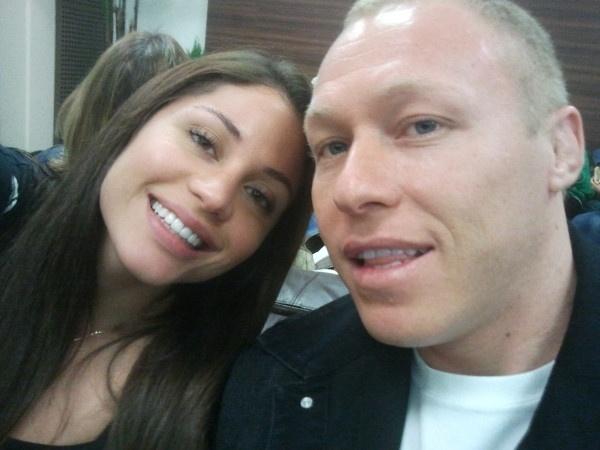 11.jan.2012 - Maria Melilo embarca com o então namorado, o empresário e lutador Rodrigo Comotti, para Miami. os dois namoraram antes de ela entrar no