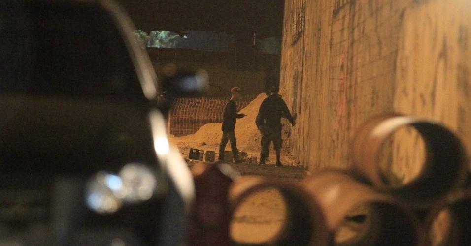 5.nov.2013 - Justin Bieber chega de madrugada ao bairro de São Conrado, no Rio de Janeiro, onde grafitou um muro. O cantor e sua equipe foram para o local por volta das 3h. De acordo com a agência de fotografias AgNews, os fotógrafos presentes no local foram agredidos pelos seguranças de Bieber e a polícia chegou a ser chamada. O astro teen ficou grafitando por cerca de três horas e atendeu a fãs