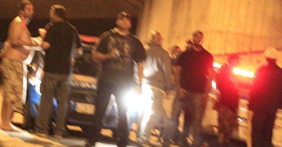 5.nov.2013 - Viatura da polícia chega em rua bairro de São Conrado, no Rio de Janeiro, onde Justin Bieber grafitava um muro. De acordo com a agência de fotografias AgNews, os fotógrafos presentes no local foram agredidos pelos seguranças de Bieber enquanto o cantor grafitava e a polícia chegou a ser chamada para garantir o trabalho dos papparazzi