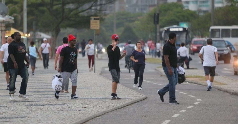 5.nov.2013 - Justin Bieber passeia pela orla da praia da Barra da Tijuca. O cantor estava acompanhado de amigos e seguranças e tentou passar despercebido, usando óculos e boné